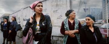 Kvinnor väntar på bussen i  den tjetjenska huvudstaden Groznyj. Foto: Jens Olof Lasthein